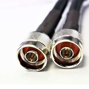 cable negro con terminales metálicas