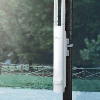 Punto de acceso inalámbrico color blanco sujetado a un mástil en exteriores