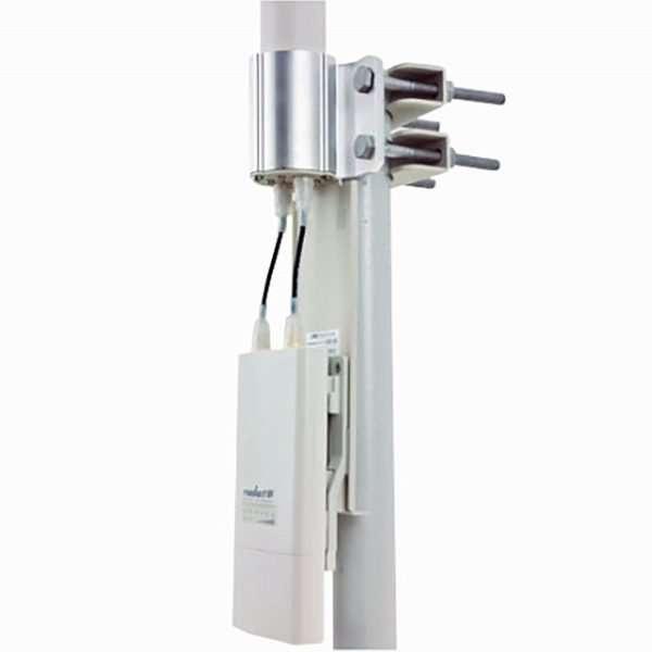 Antena omnidireccional blanca con cables y base en detalle