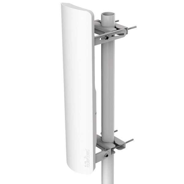 antena blanca orientada vertical se muestra en un mástil