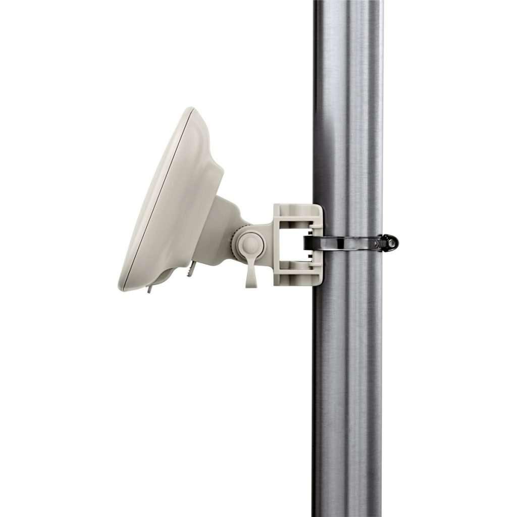 Antena blanca instalada en mástil