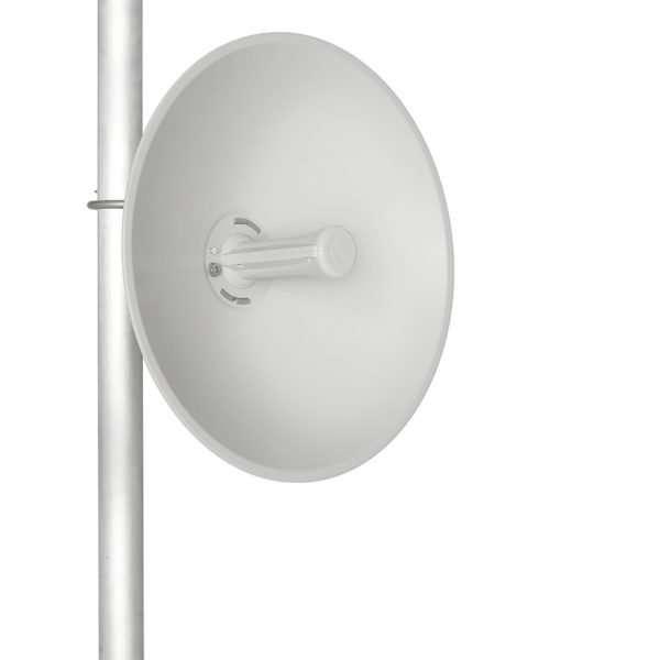 Antena plato solido color plomo fijada a un mástil