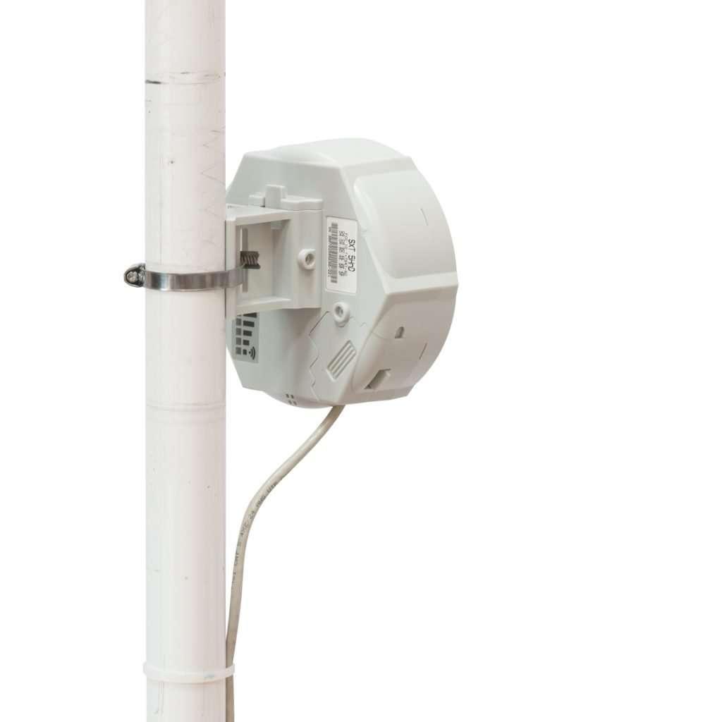 Antena blanca en fondo blanco con mástil