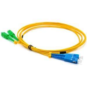 Cable amarillo de Fibra Optica enrollado con conectores azul y verde