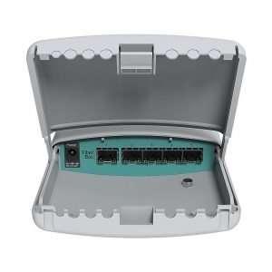 Mikrotik FiberBox con compuerta inferior abierta mostrando los puertos