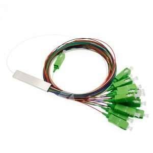 Vista superior de un cable separador de Fibra Optica de 16 hilos conectorizada APC color verde