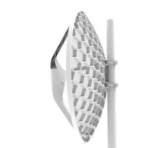 Toma lateral de antena tipo rejilla blanca instalada sobre un mastil metálico